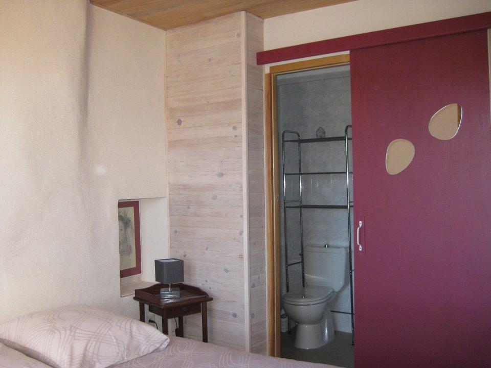 chambre l'aire et ses sanitaires privés