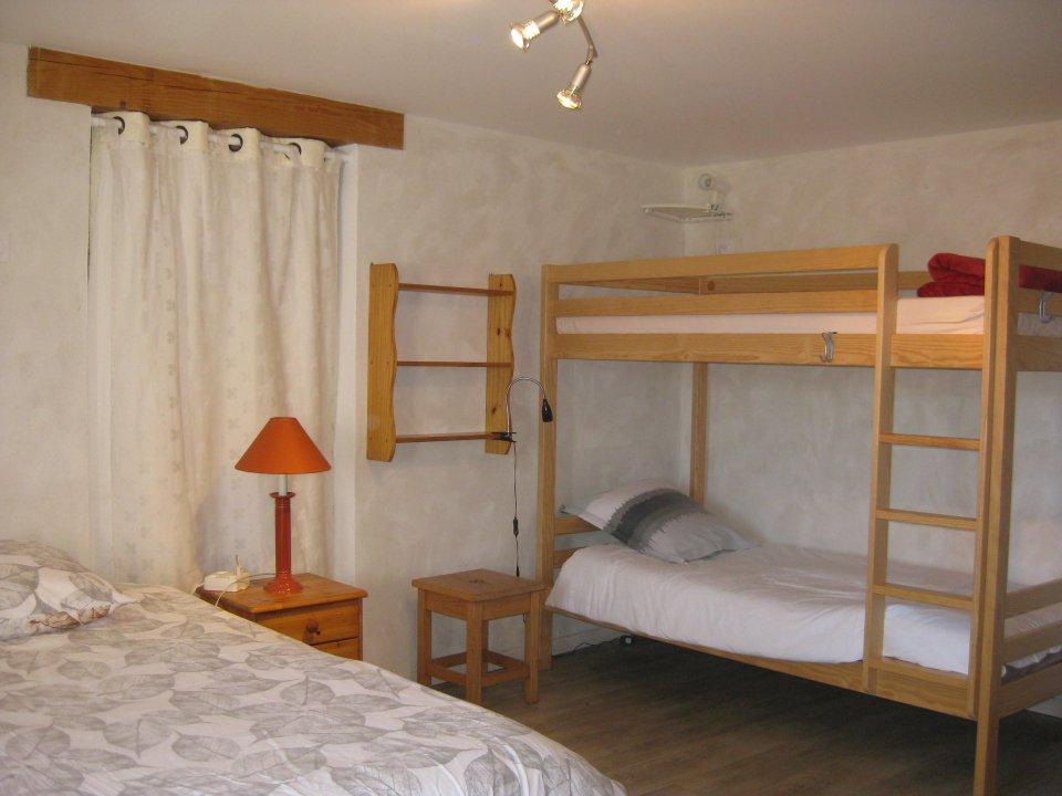 chambre le château le grand lit et lits superposés